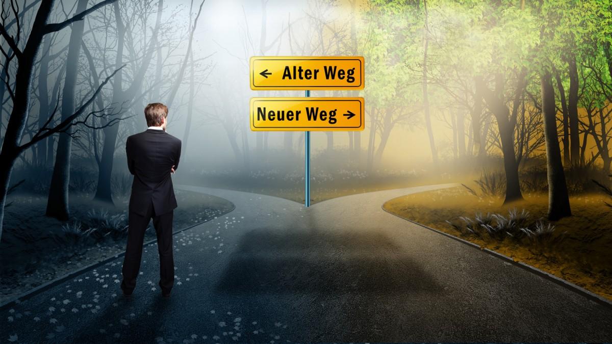 Geschäftsmann vor Wahl zwischen neuem und altem Weg